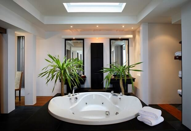 How To Decorate Your Bathroom Using Black & White