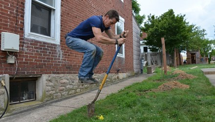 Video: How To Dig A Hole For A Fence Post, Deck Or Mailbox
