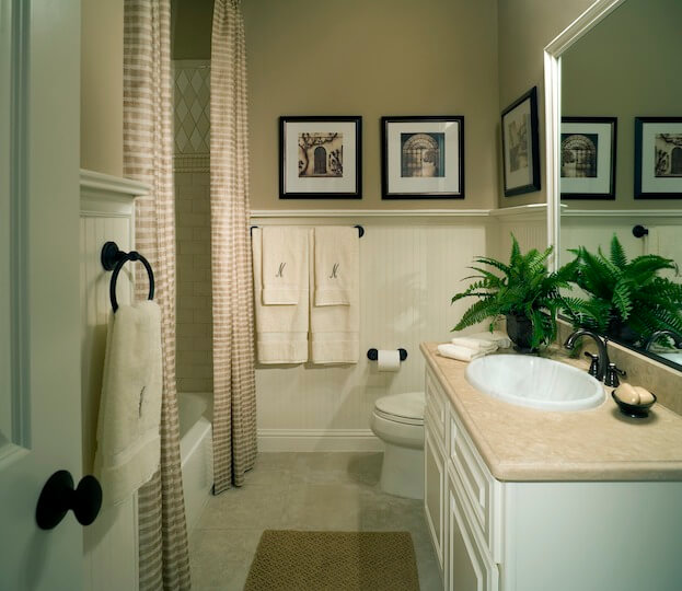 10 painting tips to make your small bathroom seem larger for Simple cheap bathroom designs
